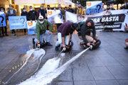 Demonštranti vylievajú na zem pivo počas protestu proti koronavírusovým opatreniam a zákazu vychádzania.