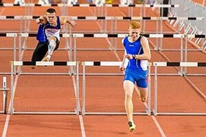 Dorastenec Matúš Meluš (vpravo) vyhral beh na 60 m prek.