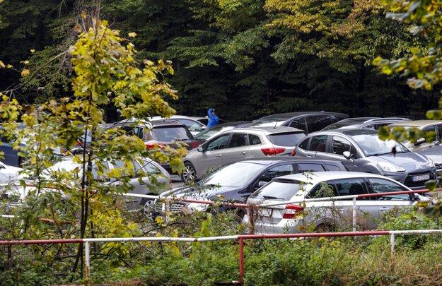 Plné parkovisko áut v areáli lesoparku na Kolibe v Bratislave.