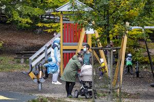 Ľudia využívajú možnosť pobytu v prírode v areáli lesoparku na Kolibe v Bratislave.