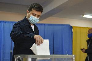 Ukrajinský prezident Volodymyr Zelenskyj hlasuje vo volebnej miestnosti v Kyjeve počas komunálnych volieb na Ukrajine v nedeľu 25. októbra 2020.