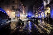 Policajný zásah vodným delom počas protestu proti novým opatreniam v Turíne.