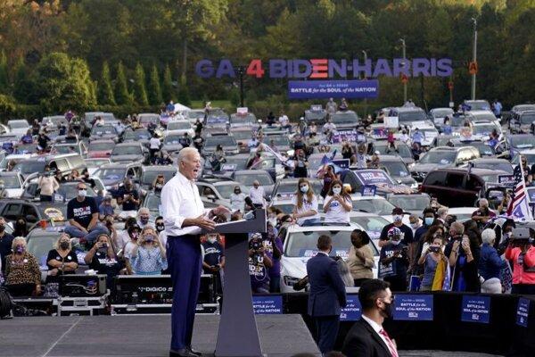 Joe Biden v priebehu predvolebného mítingu v Atlante.