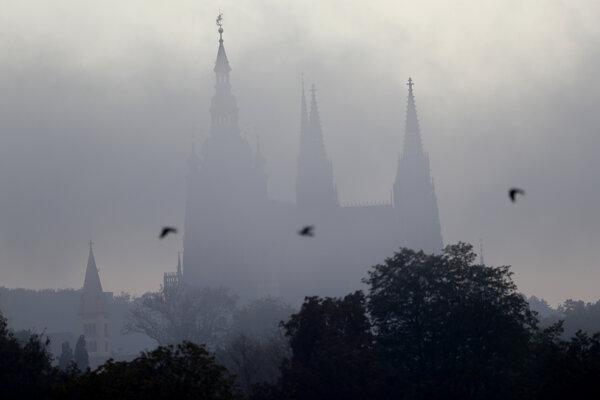 Pražský hrad v rannej hmle 30. septembra 2020.