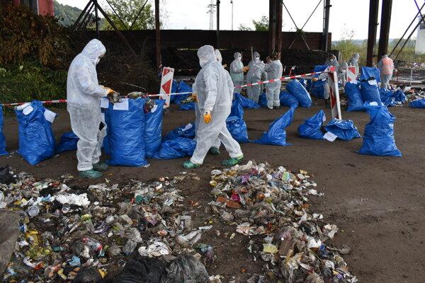 Snina sa zapojila do ručného dotrieďovania odpadu. Už má na stole analýzu.