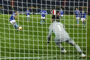 Michael Liendl strieľa z jedenástky druhý gól rakúskeho Wolfsberger AC v zápase Európskej ligy proti Feyenoordu.
