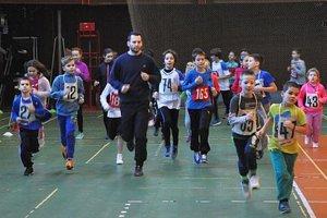 Malé atléti mali pred Vianocami súťaž v hale Olympia.