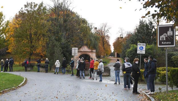 Ľudia stoja v rade na testovanie pri amfiteátri v Košiciach