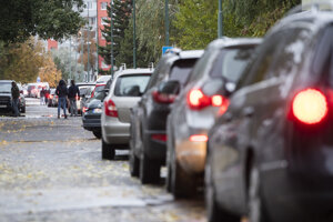 Ľudia v autách čakajú na testovanie pred otvorením odberného miesta v Podunajských Biskupiciach v Bratislave.