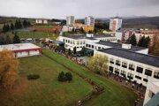 O pol deviatej sa takto čakalo pred jedným z odberových miest v Strednej odbornej škole obchodu a služieb v Žiari nad Hronom.