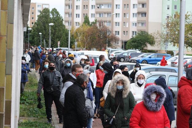Rad na testovanie pred Okresným úradom v Nových Zámkoch.