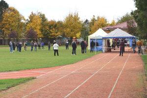 Testovanie v Kalnej and Hronom na bežeckej dráhe v areáli školy.