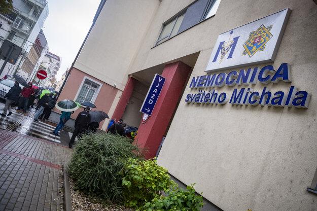 Zamestnanci ministerstva vnútra a ministerstva obrany čakajú pred odberným miestom v areáli Nemocnice sv. Michala v Bratislave.