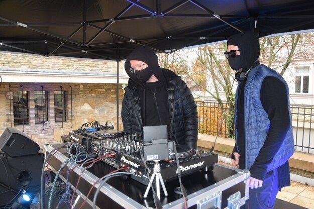Pred budovou si rozložili aparatúru žilinskí dídžeji Fricko Brothers.