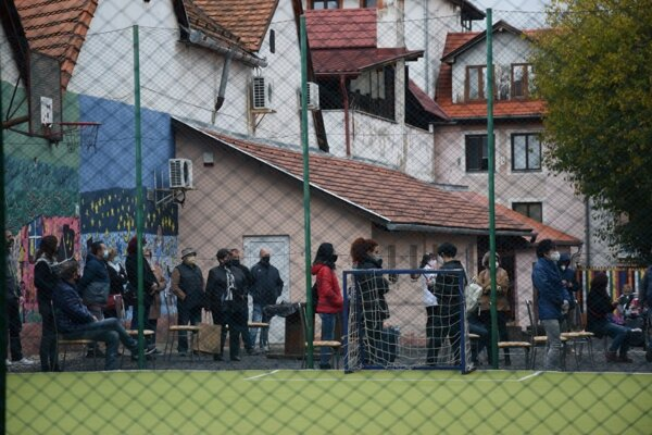Čakanie na výsledky testov na odbernom mieste v Cirkevnej ZŠ. sv. Jána Bosca v Lučenci.