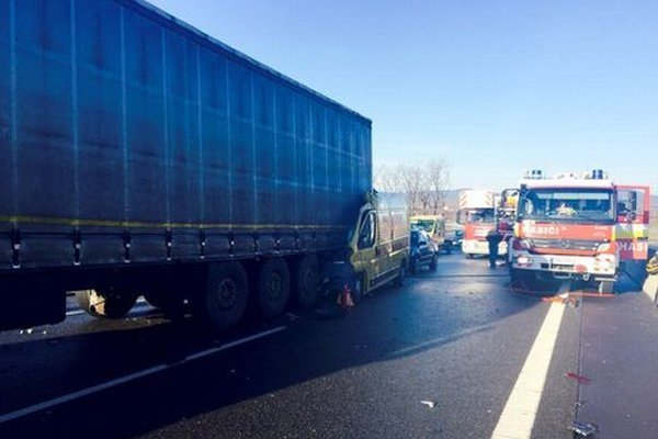 Nebohý vodič zostal zakliesnený v dodávke, ktorá vrazila do kamiónu.