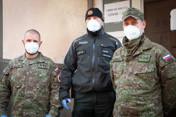 Ľudia si policajtov a vojakov vo Vavrišove nevedeli vynachváliť.
