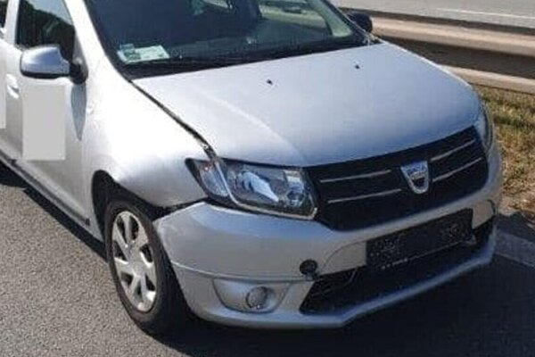Dacia zrazila chodca pravou stranou.