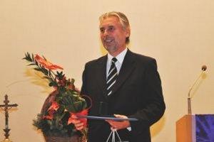 Ivan Eľko berie Cenu primátora Nitry ako ocenenie celého evanjelického zboru.