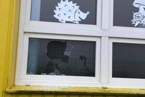 Kto poškodil okná, polícia nevie.