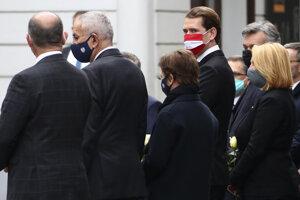 Rakúsky kancelár Sebastian Kurz (vpravo) počas spomienkovej ceremónie vo Viedni.