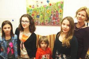 Časť detí, ktoré obraz maľovali - zľava Kristína, Jasmína, Barborka, Hanka a učiteľka Katarína Borguľová.