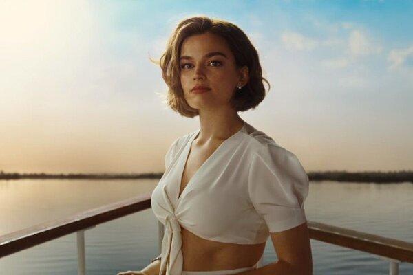 Emma MacKey ako žiarlivá bývalá snúbenica vo filme Smrť na Níle.