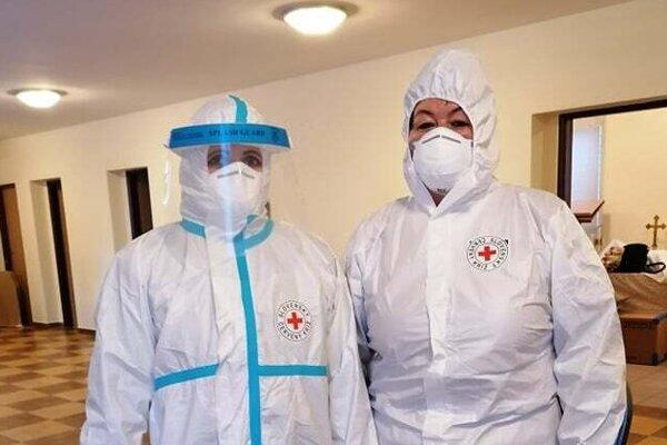 Pri testovaní aj dnes pomáha v Dlhej nad Kysucou riaditeľka Územného spolku Slovenského Červeného kríža v Čadci Helena Tomašiková (vpravo).