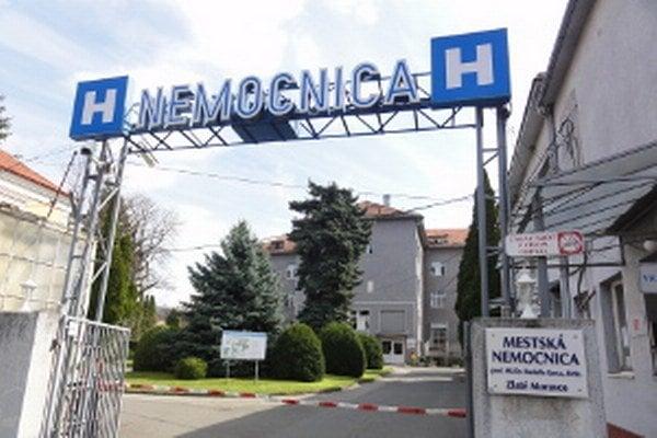 Právne služby bude nemocnici poskytovať advokátska kancelária, v ktorej figuruje aj riaditeľ nemocnice.