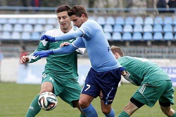 Matúš Paukner si dvoma gólmi upevnil vedenie na čele tabuľky strelcov, ale jeho mužstvo nečakane zakoplo s konkurentom v boji o prvú šestku.