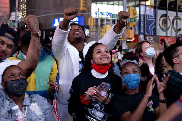 Podporovatelia demokratického kandidáta Joea Bidena, ktorý sa stal víťazom amerických prezidentských volieb, oslavujú jeho triumf v New Yorku.