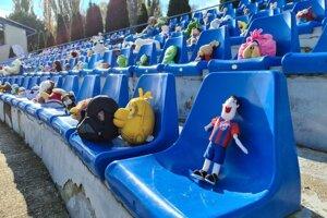 Štadión FK Senica s plyšovými hračkami.