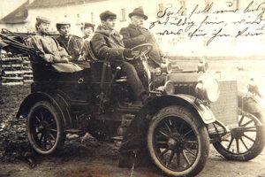 Paul Eduard Schoeller na fotografii prvého automobilu v Leviciach na hradnom nádvorí.