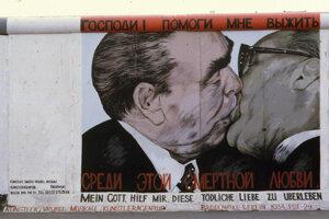 Povestný bozk Honeckera s Brežnevom, ktorý sa objavil aj na Berlínskom múre tesne pred jeho zvalením, je dodnes zrozumiteľným symbolom socializmu.