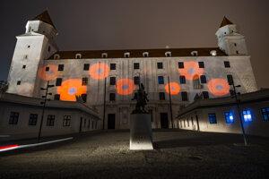 Vysvietený Bratislavský hrad pri príležitosti 102. výročia ukončenia prvej svetovej vojny a Dňa vojnových veteránov.