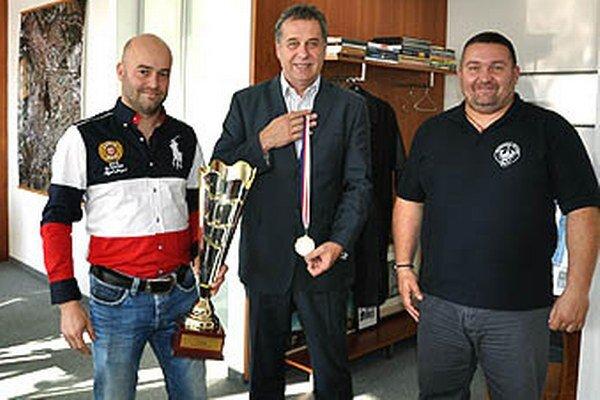 Zástupcov Rytierov Stana Petríka (vľavo) a Petra Radeckého (vpravo) už tradične po úspechu i v Superpohári prijal s pohárom i primátor Nitry Jozef Dvonč, ktorý si prevzal i vzácny kov za víťazstvo.