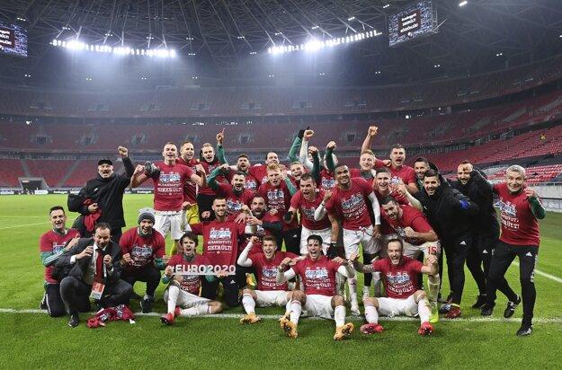 Maďarskí futbalisti oslavujú postup na EURO v prázdnej Puskásovej aréne v Budapešti.