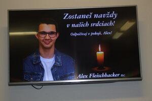 Alex z gymnázia zahynul v autobuse.