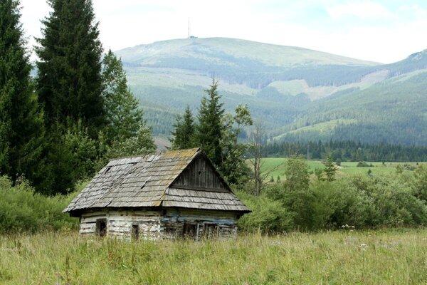 Podobných drevených stavieb je na Horehroní stále dosť, žiadna však nemá za sebou Kráľovu hoľu doslova ako tapetu.