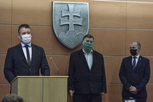 Na snímke zľava minister vnútra SR Roman Mikulec, slovenský infektológ Vladimír Krčméry a dočasný prezident Policajného zboru SR Peter Kovařík počas tlačovej konferencie k výzve občanom a opozície k rešpektovaniu núdzového stavu a zákazu zhromažďovania sa s ohľadom na avizované protesty v utorok 17. novembra, v Bratislave 16. novembra 2020.