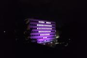 Poliklinika v Žiline vysvietená na fialovo.