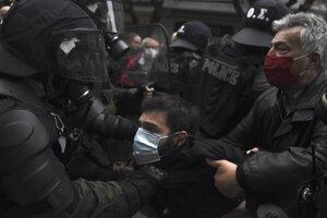 Polícia zasahuje na proteste v Aténach.
