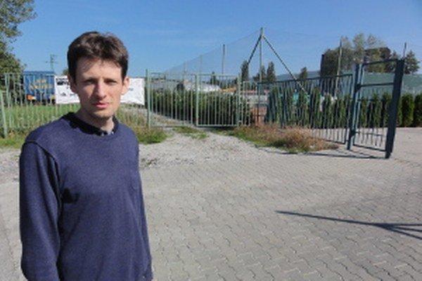 Pavol Petrovič upozorňuje, že mesto nadobro prišlo o pozemky pod tenisovými kurtmi (v pozadí).