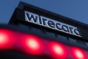 od nápisom nemeckej finančnej a technologickej spoločnosti Wirecard na budove firemnej centrály svietia červené svetlá v nemeckom meste Aschheim.
