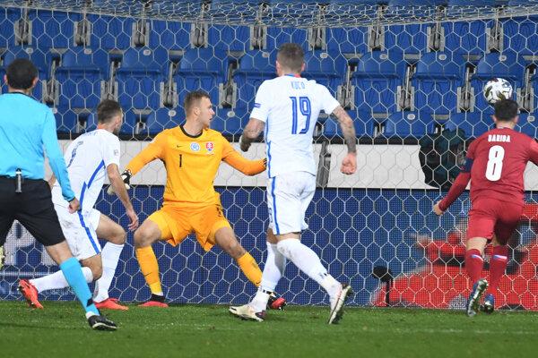 Brankár Marek Rodák inkasuje v zápase proti Česku druhý gól.