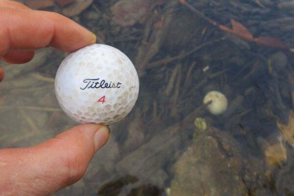 Jedna použitá loptička sa predáva za sedemdesiat centov, v potoku sú ich desiatky.