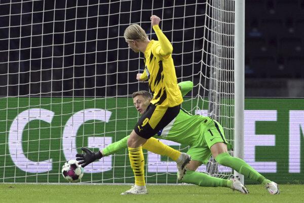 Erling Haaland strieľa gól.