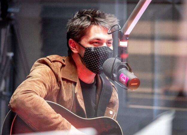 Adam Ďurica zaspieval naživo svoj najnovší hit Pravdupovediac