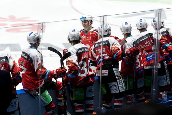 Hokejisti Pardubíc na ilustračnom zábere.