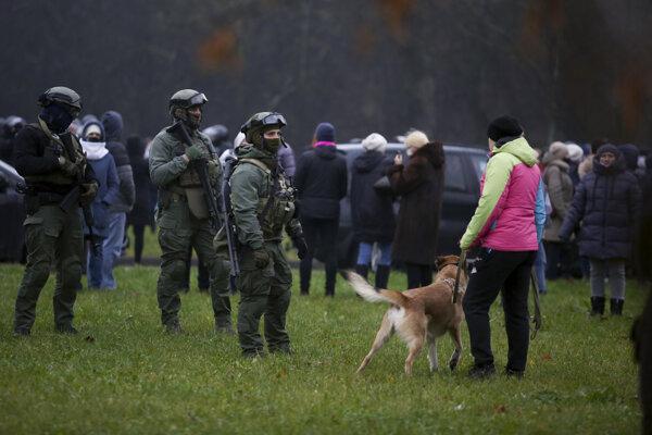 Policajti počas opozičného zhromaždenia proti výsledkom augustových prezidentských volieb a režimu Alexandra Lukašenka v Minsku v nedeľu 22. novembra 2020.